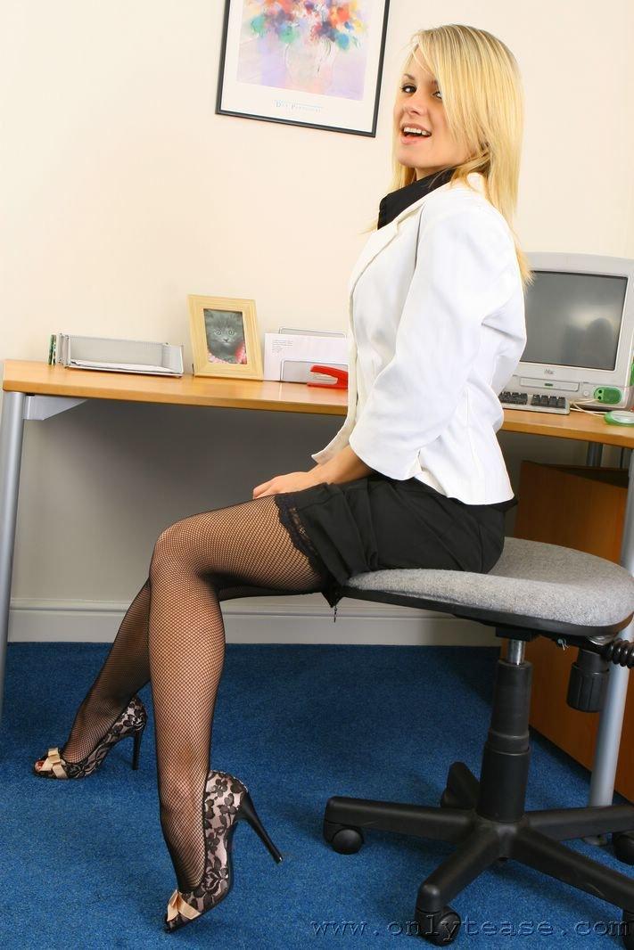 Негодная Rachel Victoria снимает одежду секретарши, чтобы попозировать в белье