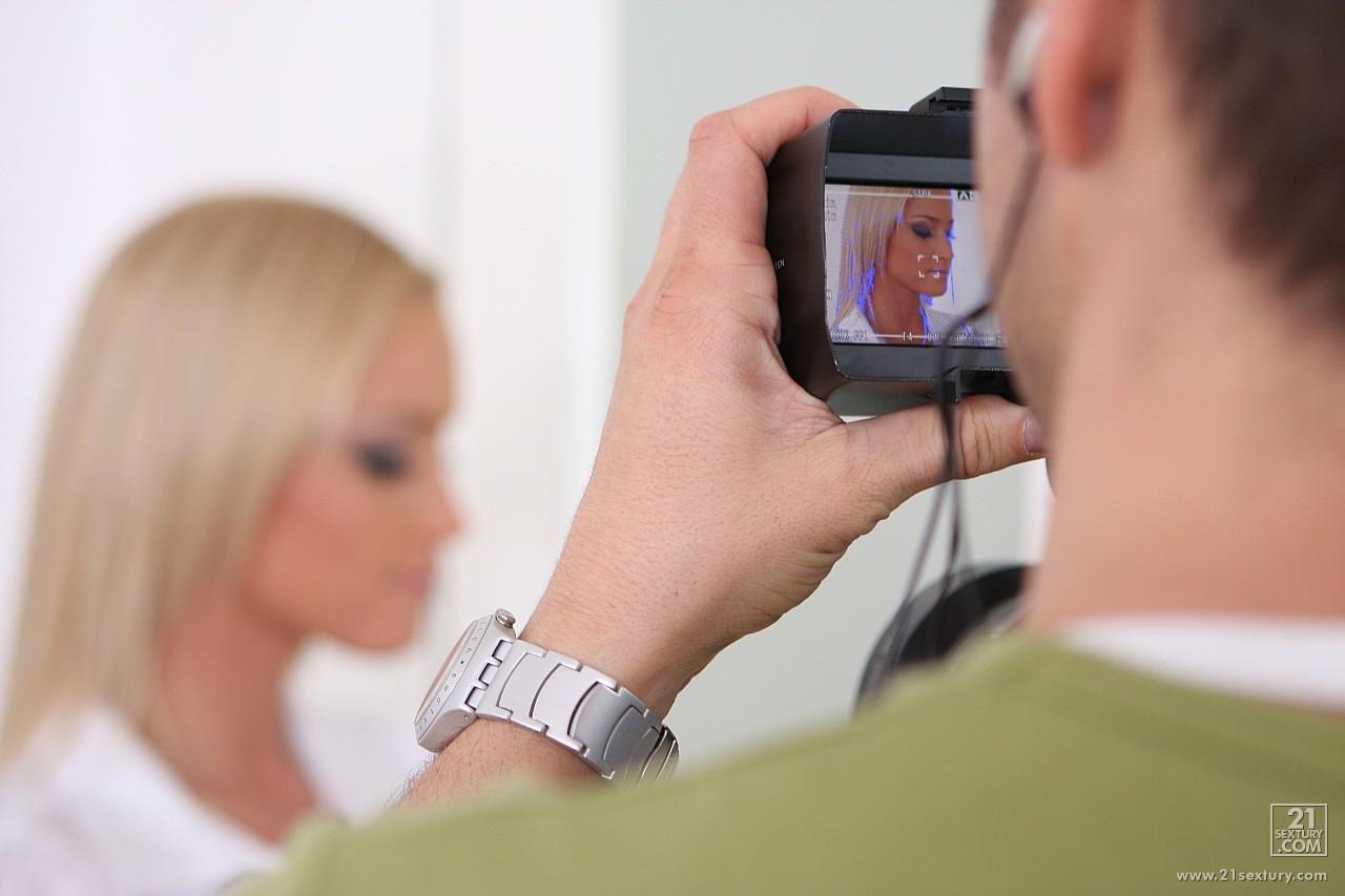 Офисная белокурая потаскушка Kathia Nobili в белой блузке раздевается и принимает в свою киску член перед камерой