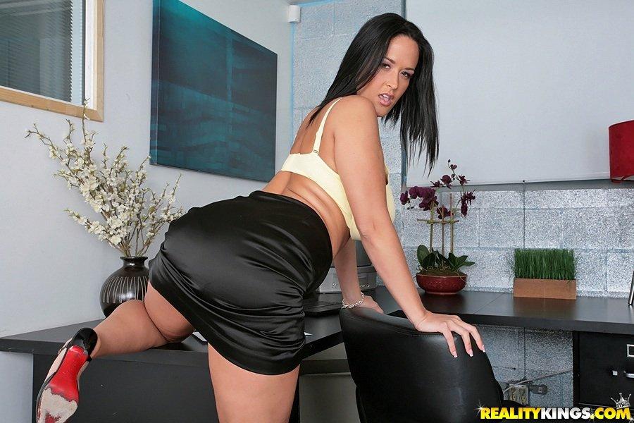 Офисная шлюха с могучей грудью Carmella Bing дает рассмотреть свою страстную киску и принимает член