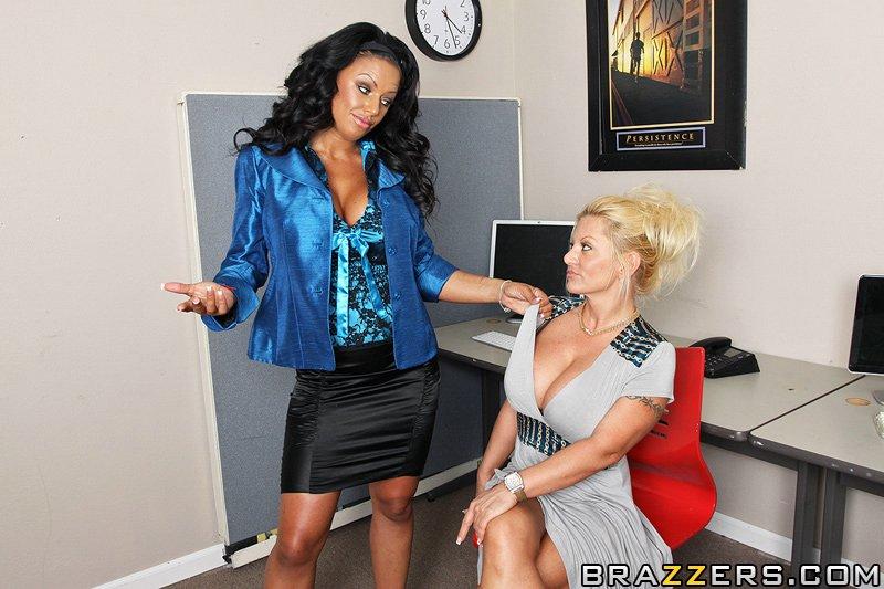 Сексуальная черноволосая мамаша Kerry Louise с огромной грудью наслаждается жестким сексом в офисе