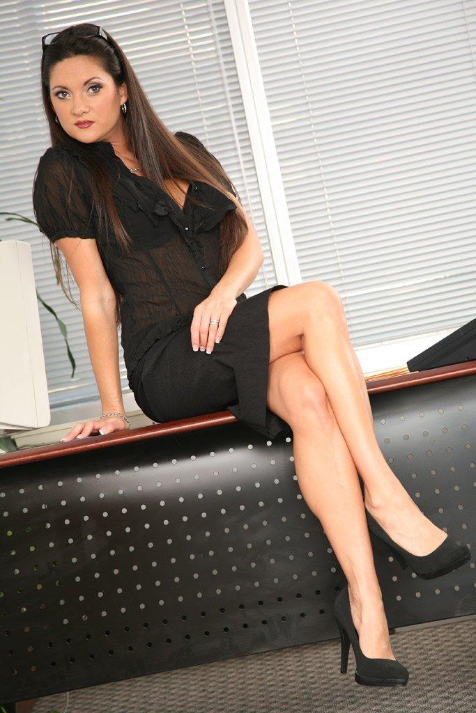 Стройная Stephanie Swift раздевается догола в офисе, обнажая незагорелую грудь и киску