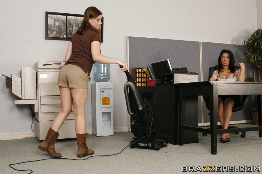 Зрелые Sienna West и Sara Stone  ласкают друг другу горячие киски в офисе