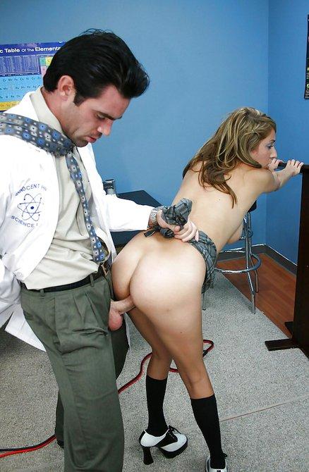Доктор выебал студентку в юбке на осмотре