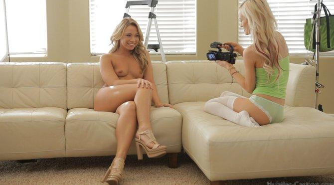 Клевая девушка отдается на камеру