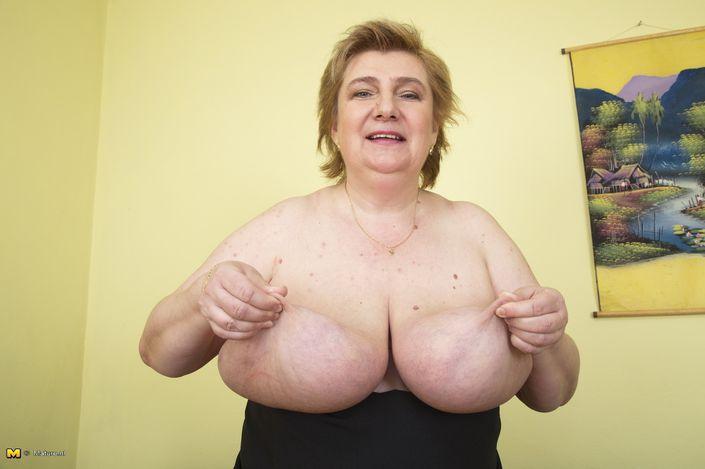 Толстая бабуля на XXX порно фото выложила свои огромные дойки до самого пупка смотреть онлайн