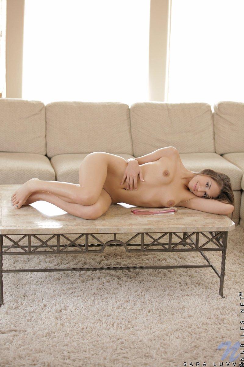 Красавица Сара занимается любовью с секс игрушкой