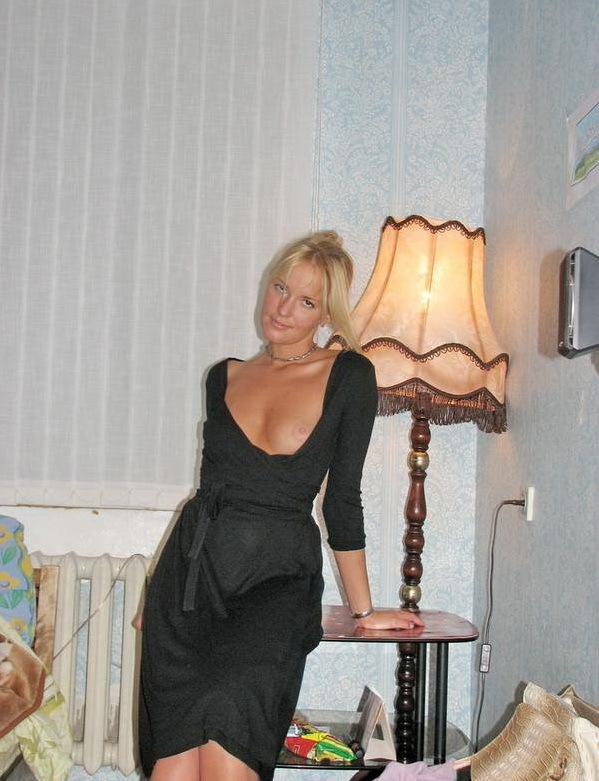 Одинокая домохозяйка ублажает себя на кровати