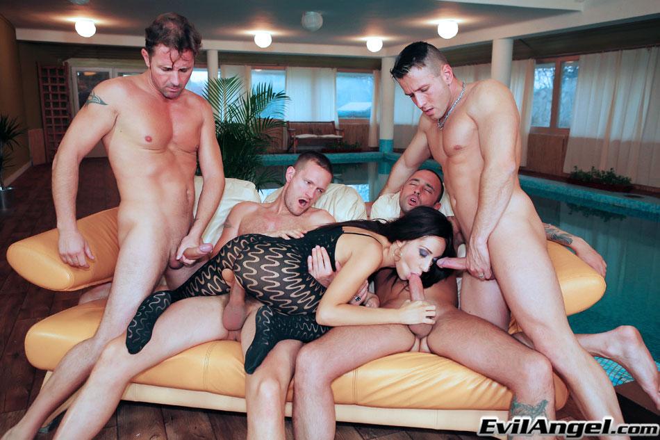 Четыре мужика поимели рот брюнетки толстыми членами