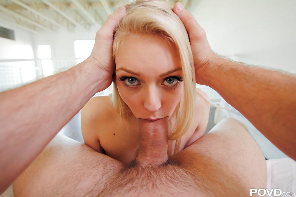 Парень трахает в рот блондинку Alli Rae