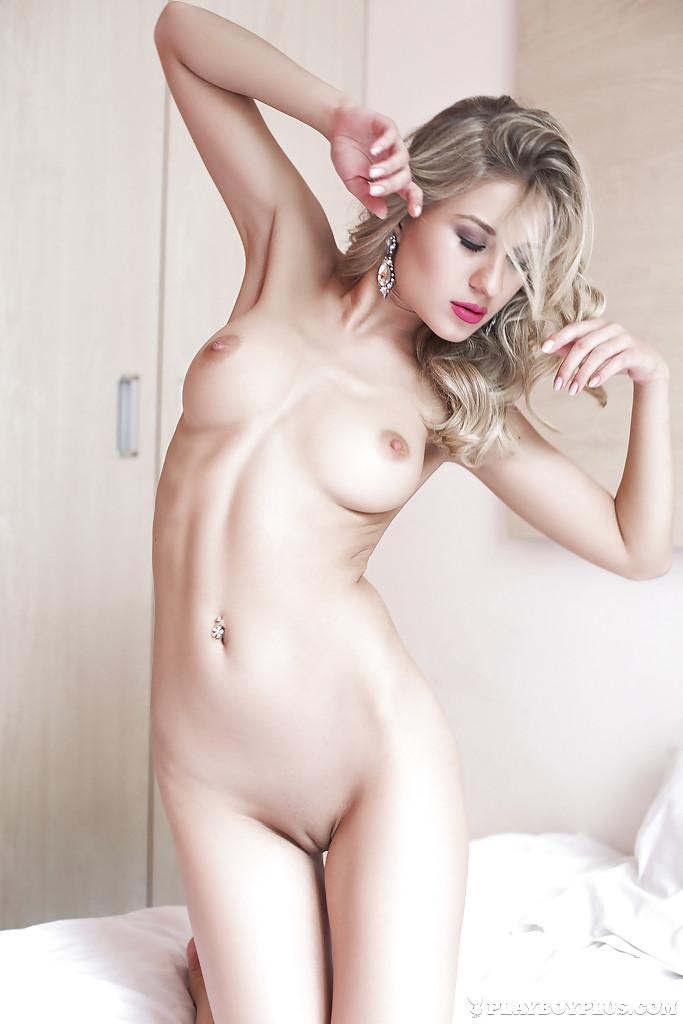 Блондинка с силиконовой грудью сняла черный пеньюар на кровати