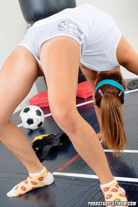 Голая гимнастка показала свою гибкость сиськи и узкую пизду