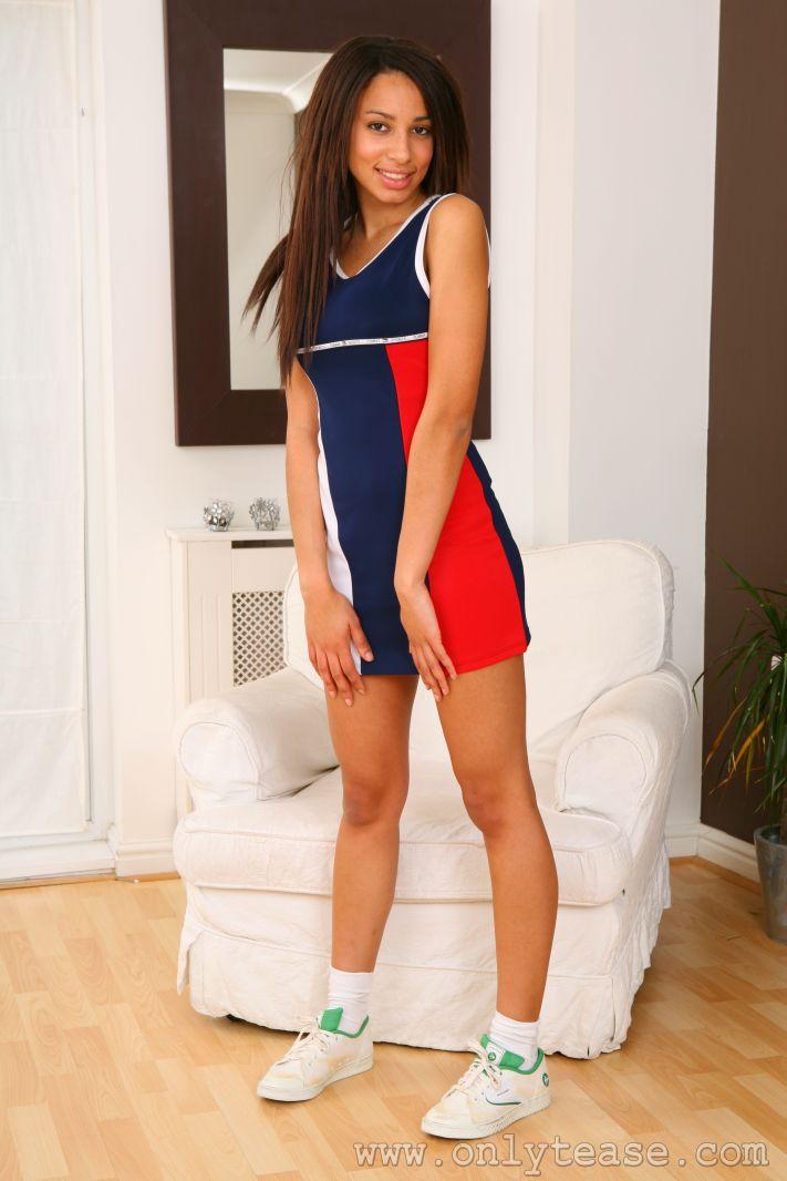 Милая теннисистка в коротком спортивном платье и белых трусиках Jodie P показывает свою латиноамериканскую грудь