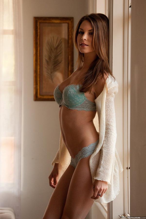 Сисястая модель сняла красиво сняла лифчик у окна