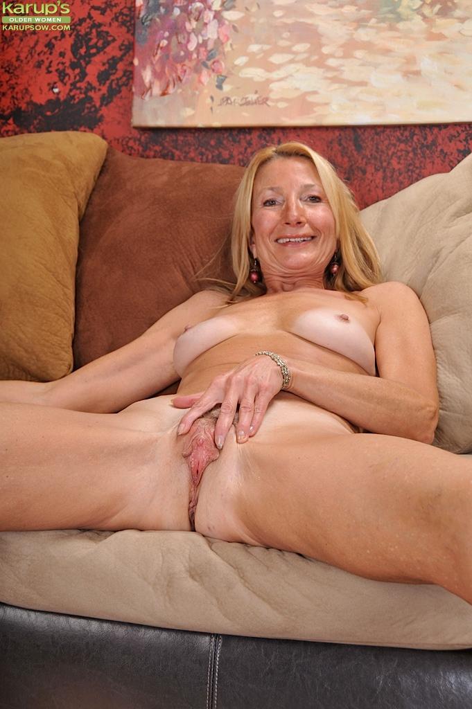 Бабуля сняла желтые трусы и раздвинула половые губки пальчиками