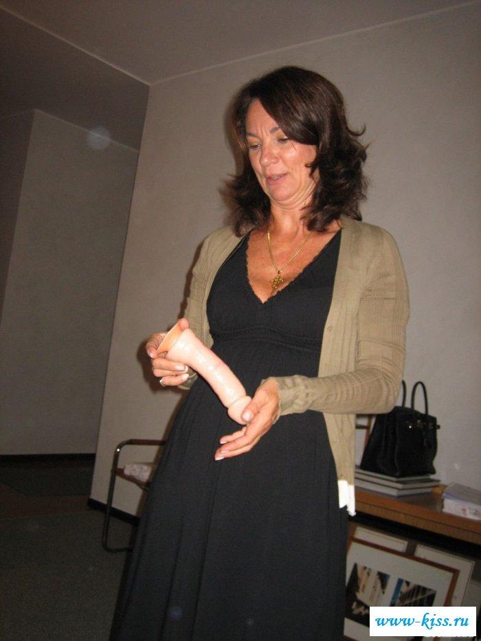 Бабулька с обнаженными сиськами показывает класс
