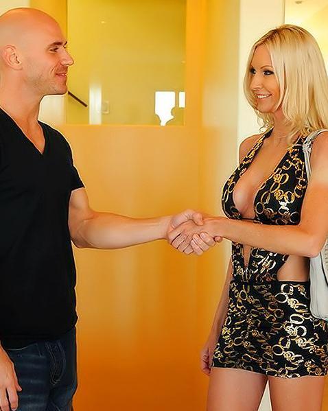 Чтобы стать звездой блондинка раздвигает ножки перед продюсером