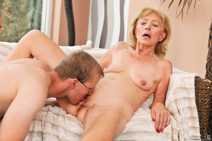Симпатичная бабушка с восхитительными маленькими сисечками долбится в вагину