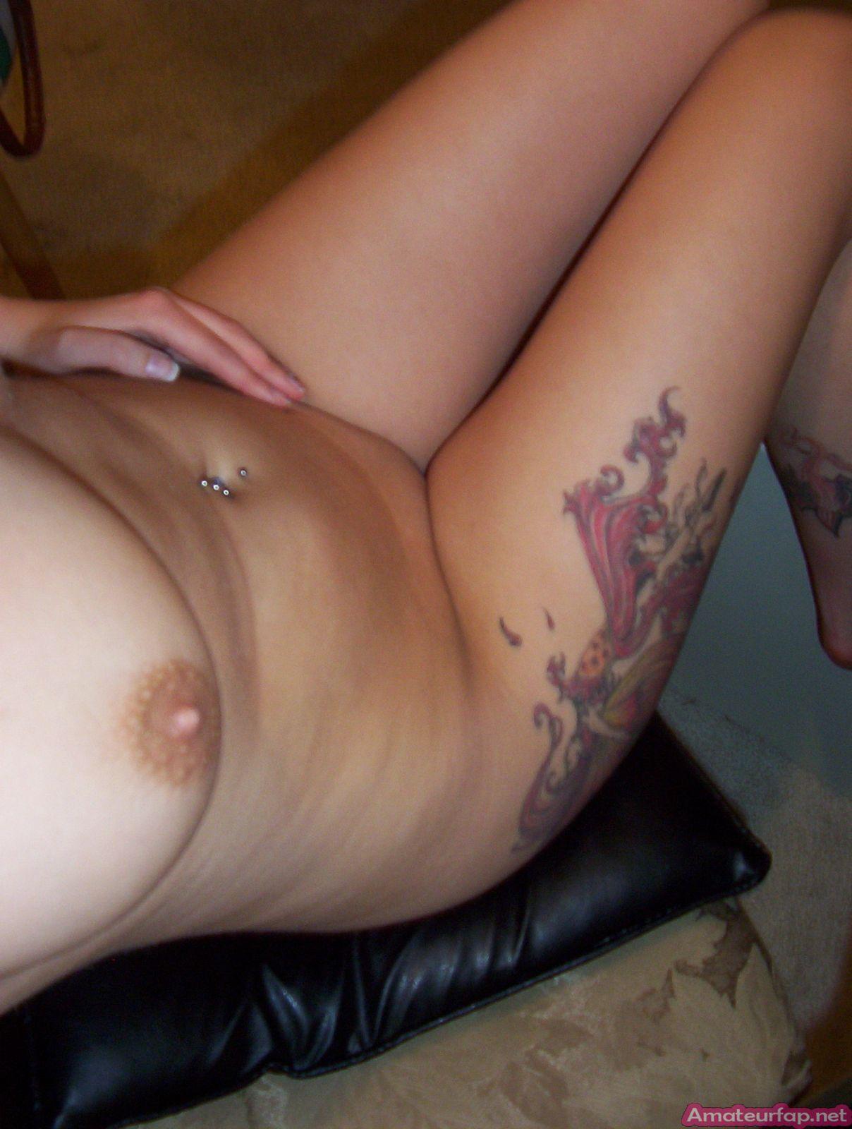 Девушка с татуировками хочет пососать