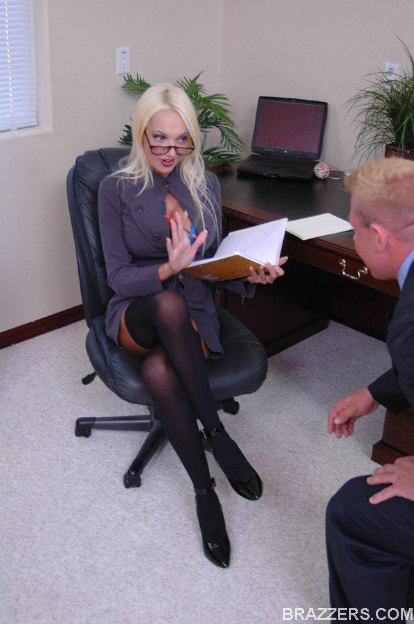 Счастливый татуированный парень входит в Donna Doll - блондинку с исключительно красивой большой грудью