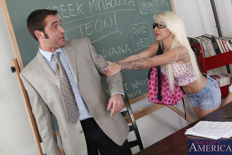 Татуированная девушка Blondie Boom трудится над членом ротиком и вагиной прямо в колледже