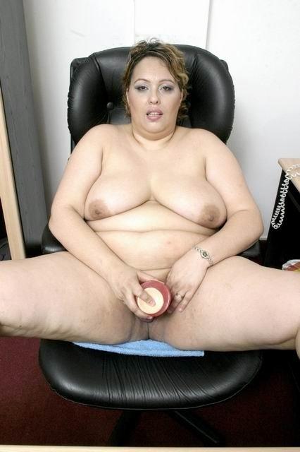 Толстая зрелая женщина веселится с искусственным хуем