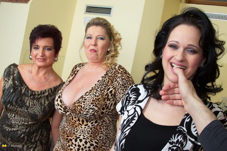 Три пожилые толстушки согласны на все, но никого рядом нет