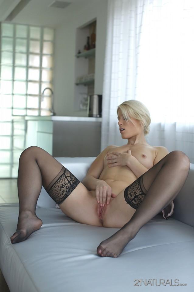 Блондинка в черных чулках Sandra Sweet нежно трет свою милую, бритую дырочку своими ручками