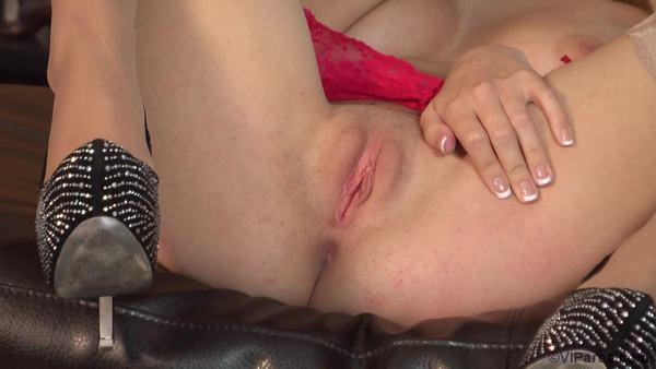 Девочка в чулках Natalia Starr показывает бритую киску и ласкает красивую грудь