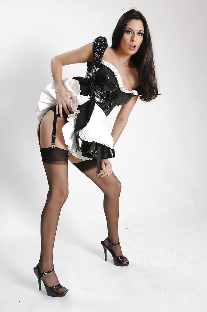 Горничная в чулках снимает униформу и нижнее белье