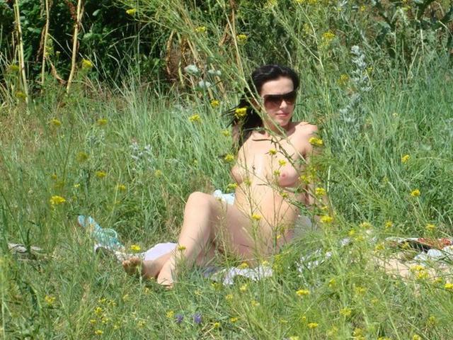 Шальная брюнетка позирует дома и на природе