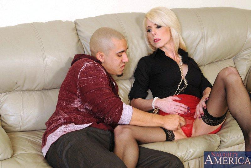 Трахнув член, сисястая мамаша в чулках - Jenny Mason, вылизывает сперму