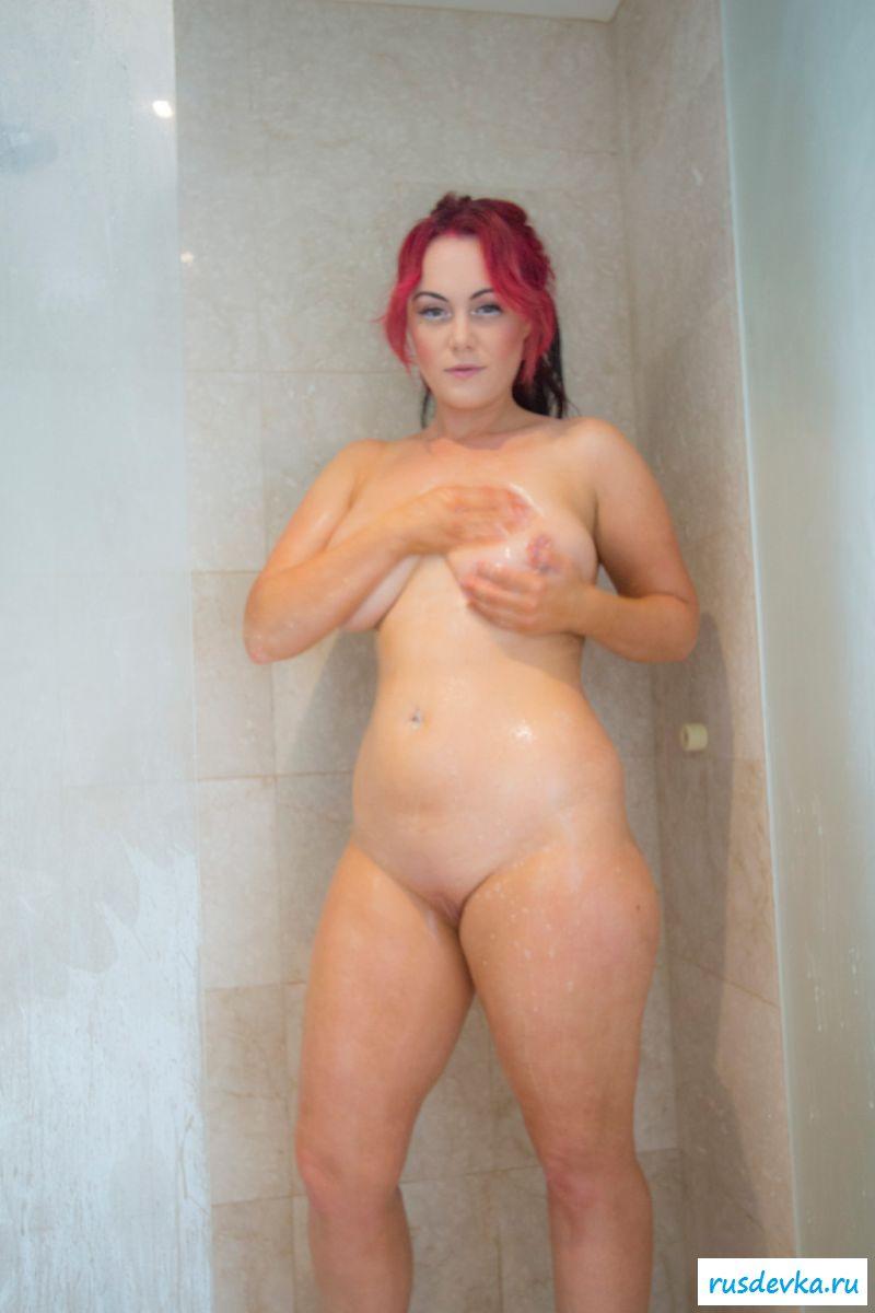 Страстная дама эротично скидывает полотенце с голого тела