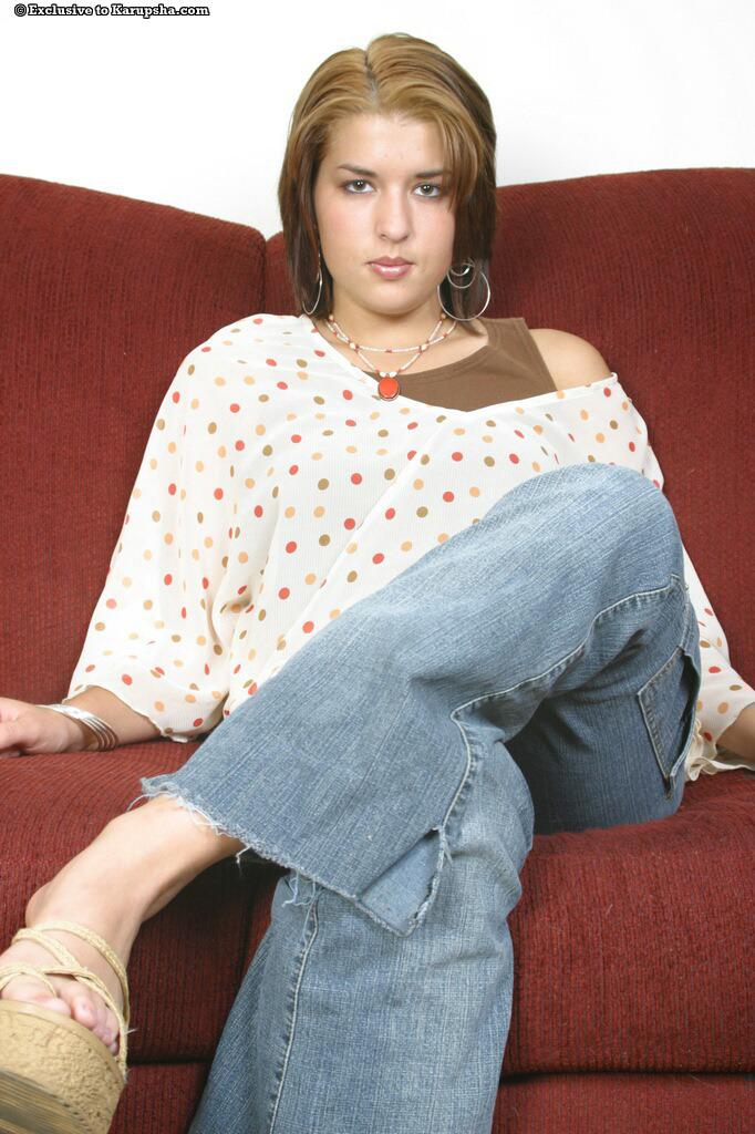 Красотка с бритой киской Jayde Black снимает джинсы и трусики