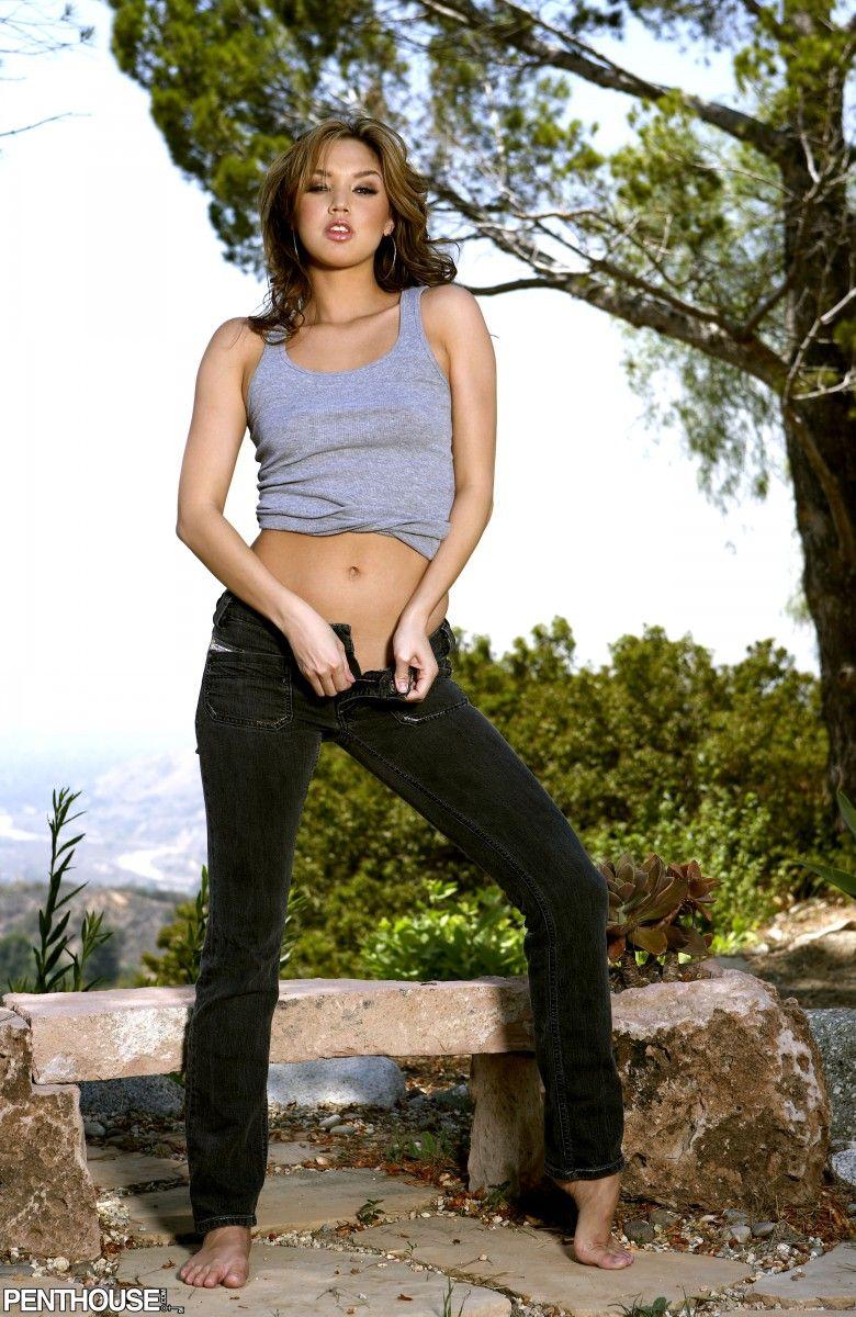Крутая девочка в джинсах Valentina Vaughn раздевается чтобы показать круглую попку в уличном показе