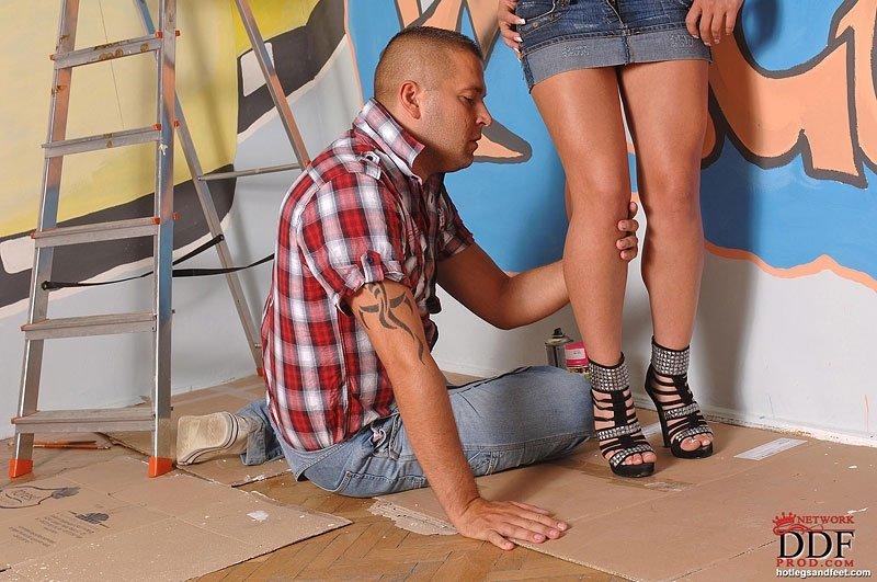 Проститутка с красивыми длинными ногами заставила их облизывать лысого паренька
