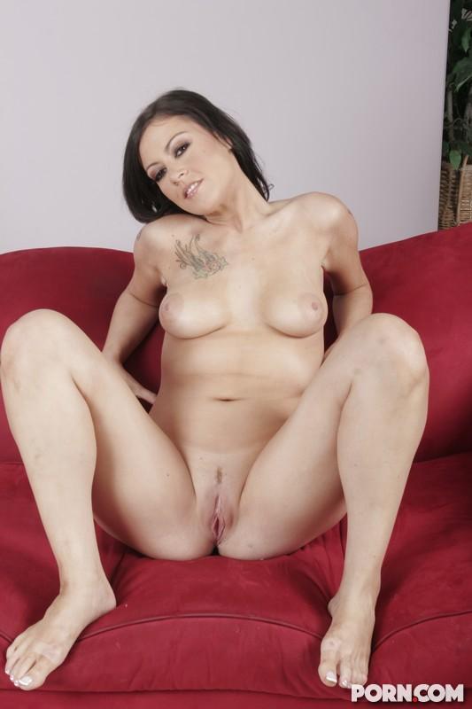 Vanessa Naughty скинула свои джинсы и трусики чтобы дать рассмотреть свою ухоженную киску