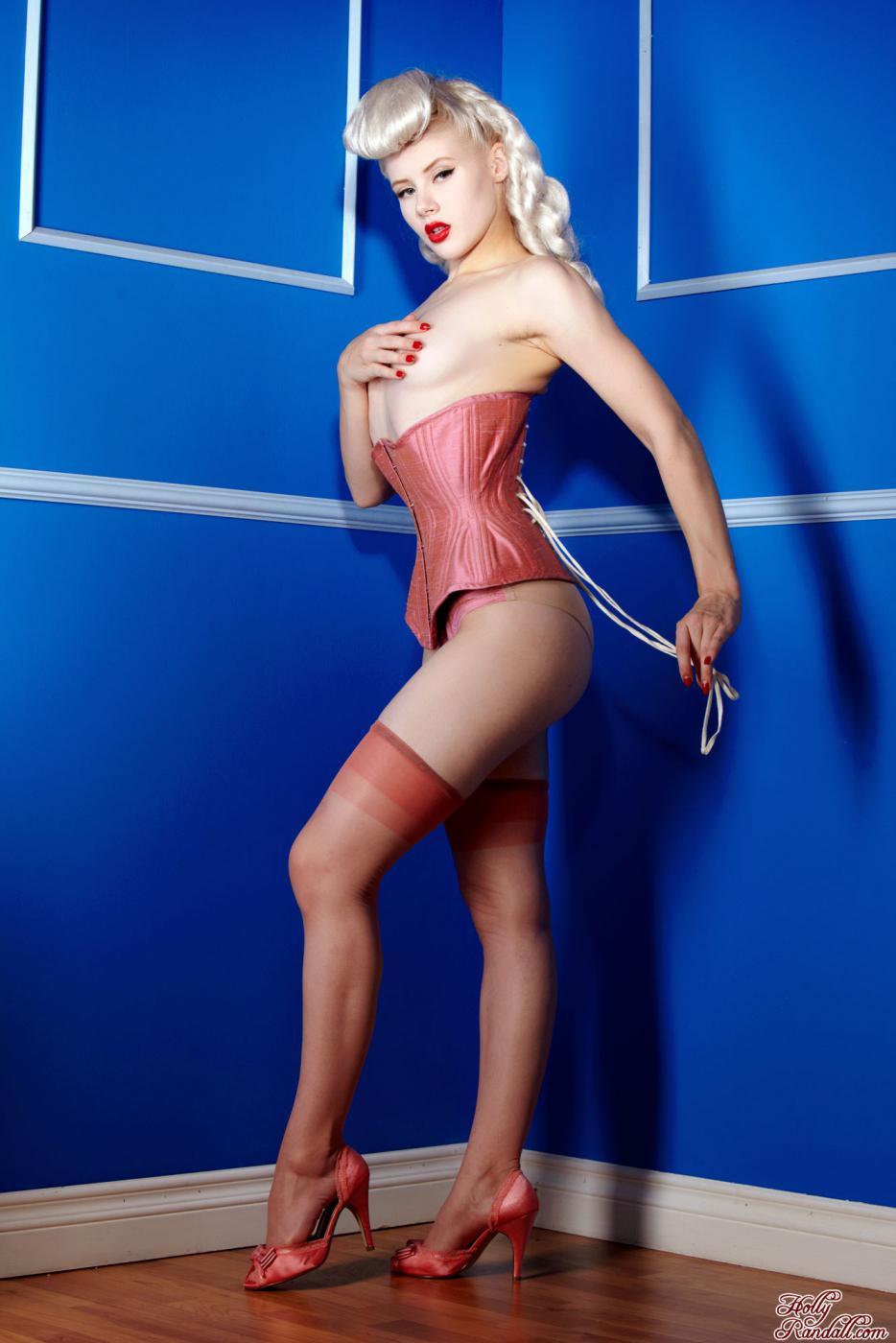 Сексуальная блондинка в красном нижнем белье Mosh выглядит как Марлин Монро эротично позируя на камеру