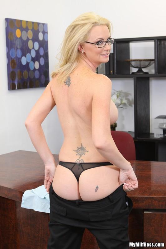 Мамочка-блондинка в очках Camryn Cross раздевается на офисном столе и показывает свою розовую киску