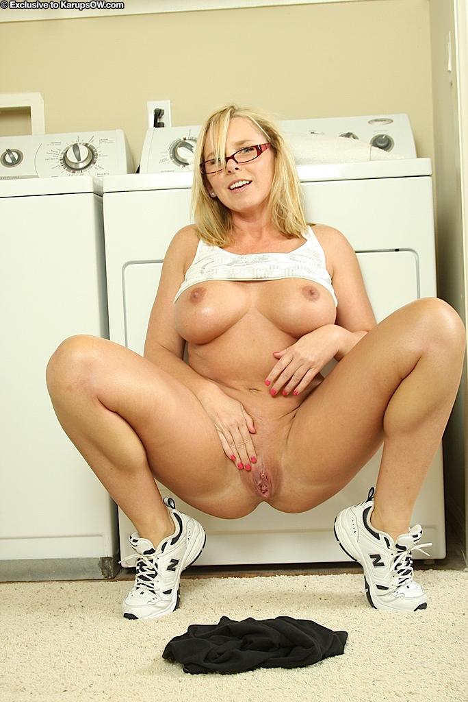 Непослушная домохозяйка в очках Lacey Love демонстрирует свою большую грудь и аппетитную попку