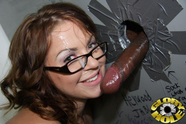 Распутная Alice Bell получает сперму на очки от черного члена через дыру в стене