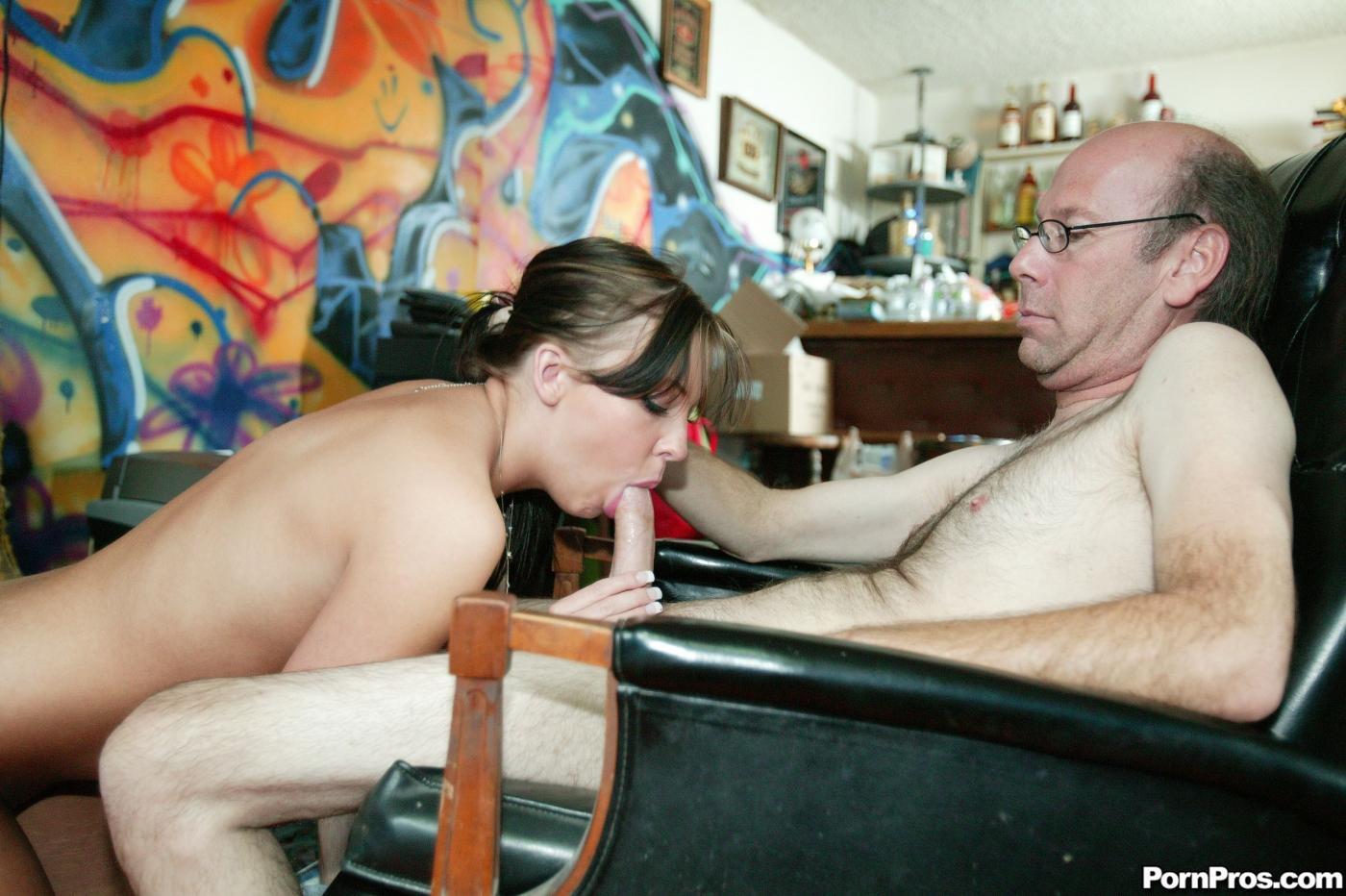 Старый мужик в очках засовывает свой мясистый член в бритую