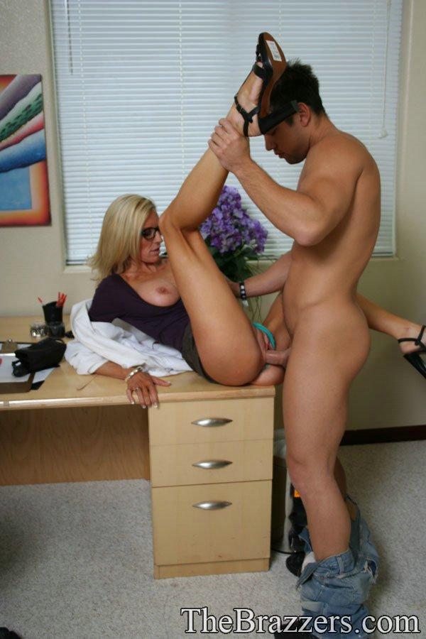 Светловолосая леди-доктор в очках с большой задницей - Emma Starr