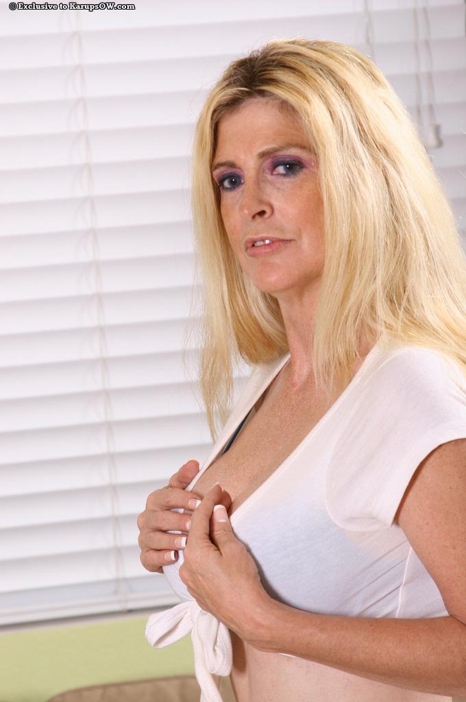 Игривая зрелая дама в белых сапогах Sugar Kane трогает свою большую грудь и киску