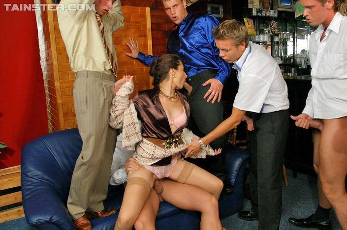 Парни в одежде запустили по кругу похотливую сучку и дерут во все дырки