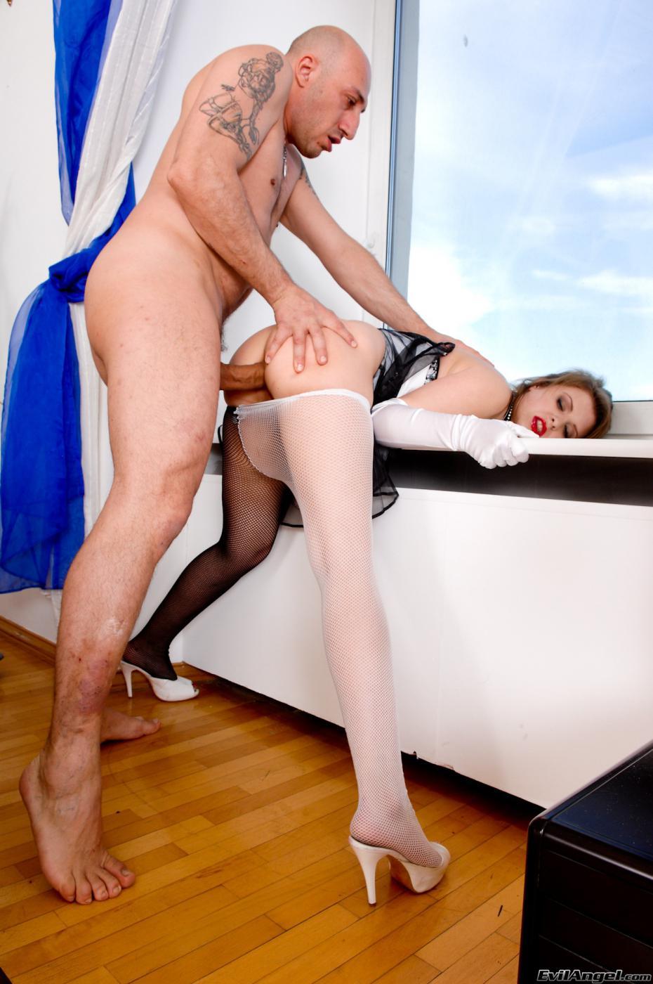Распутная сука Tina White снимает колготки и занимается оральным и анальным сексом