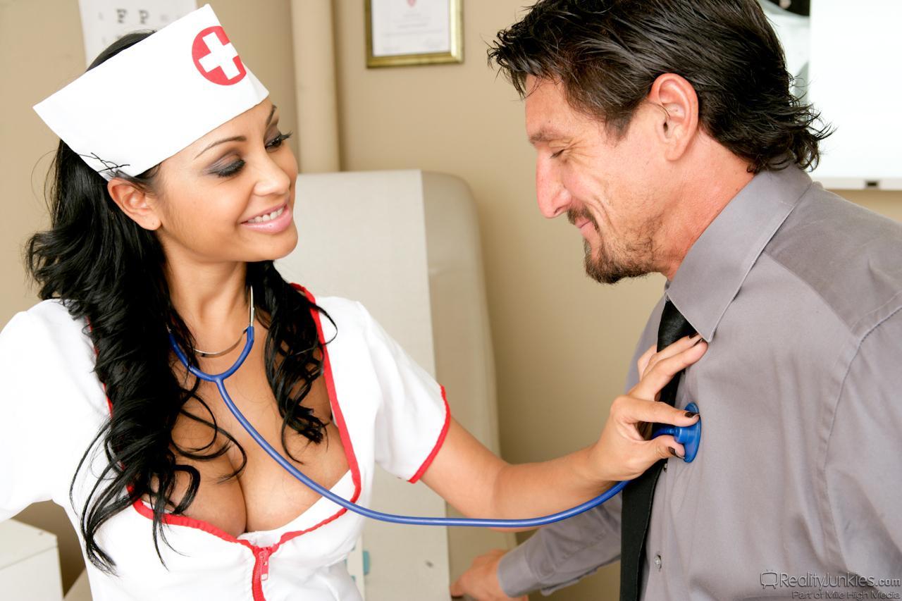 Грудастая медсестра Priya Rai прыгнула своей волшебной киской на большой пистон