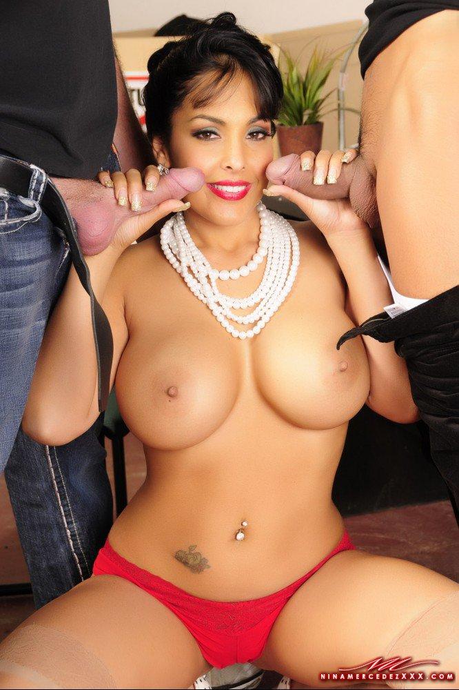 Топлесс-училка с большой грудью и в красных трусиках Nina Mercedez сосет сразу у двух мужиков