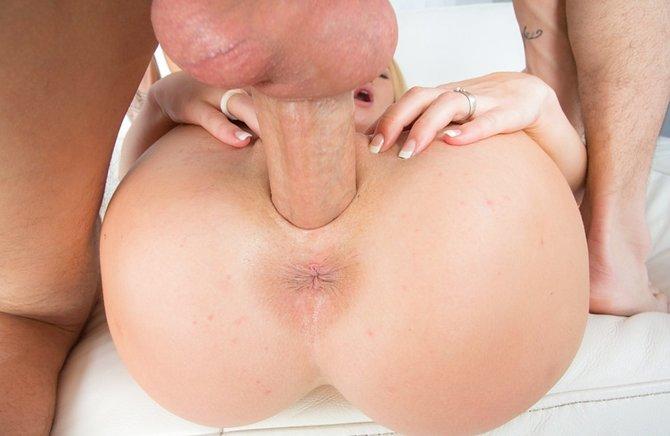 Крепкий огромный хуй в вагине блондинки рвет ее по швам