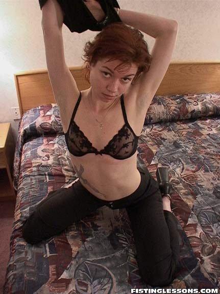 Рыжая шалавка пытается сделать себе вагинальный фистинг