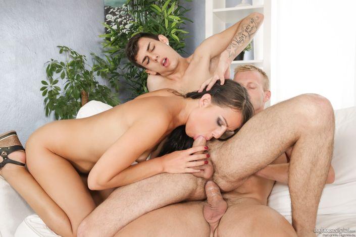 Возбужденные парни бисексуалы лупятся в десна и ебутся с телкой би